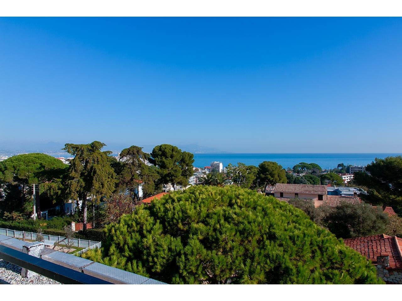 immobilier nice vue mer appartement antibes 3 pieces villa sur toit vue mer a vendre rostagne. Black Bedroom Furniture Sets. Home Design Ideas