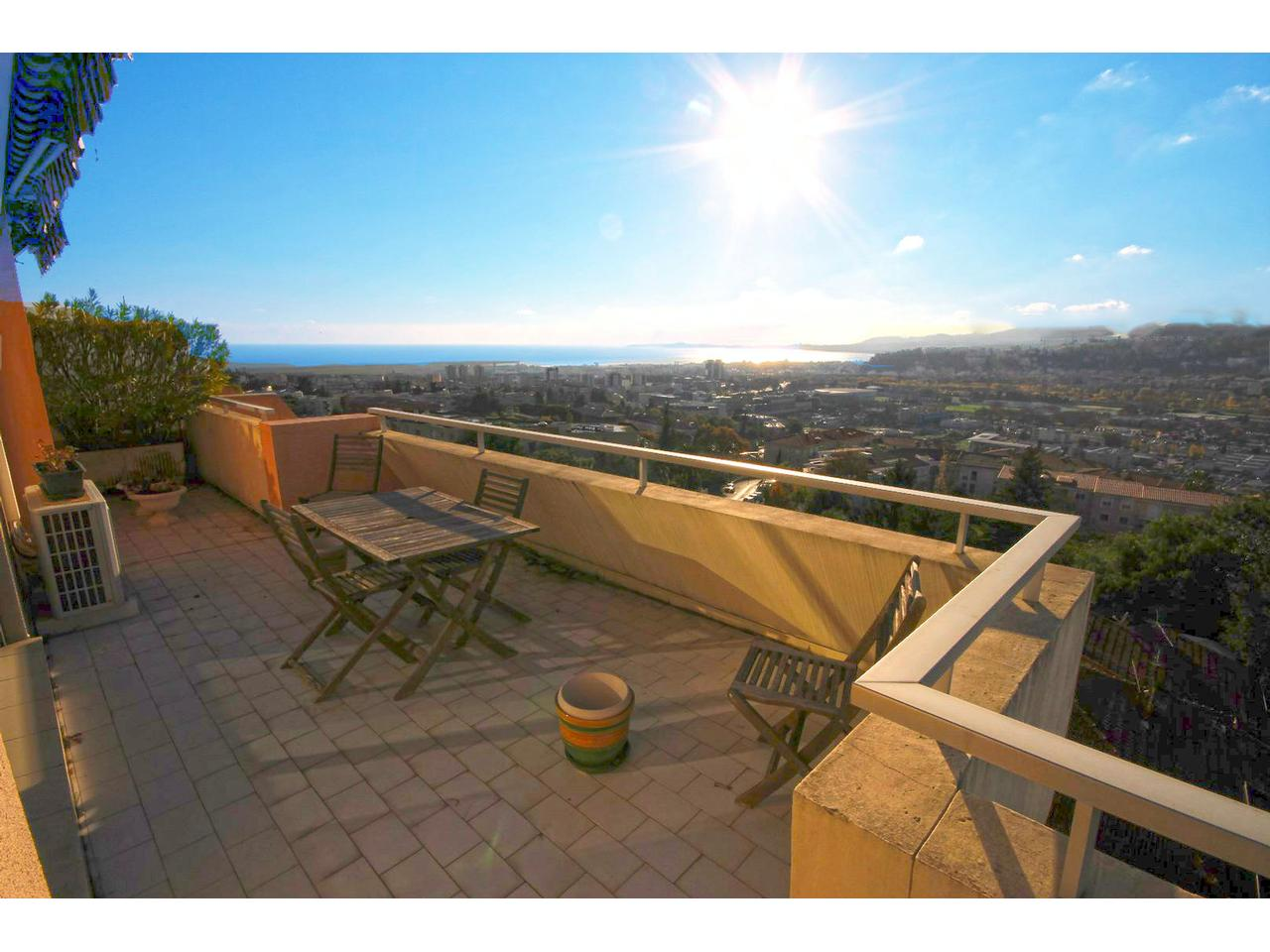 Immobilier nice vue mer appartement nice 3 pieces en toit for Terrasse en vue immobilier